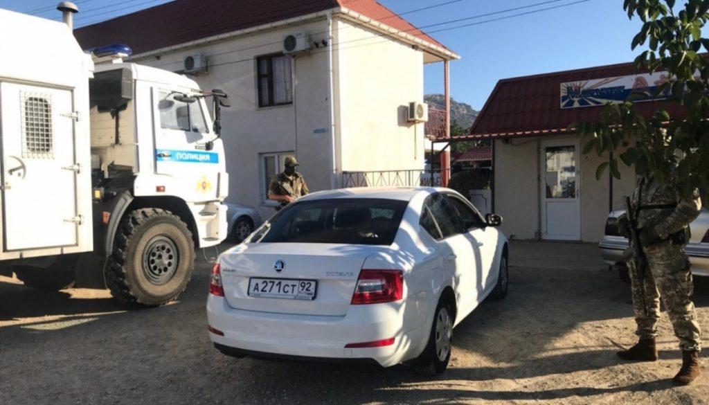 Кремль утримує понад сто українських політв'язнів. Фото: Затримання представників кримських татар у серпні 2020