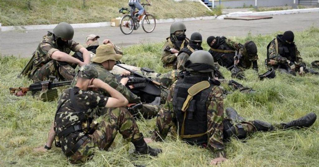 Пулемет (ПКМ) и стрелковое оружие. Боевики формирования «Восток» принимавшие участие в бою в Карловке. Фото: 23 мая 2014 год.