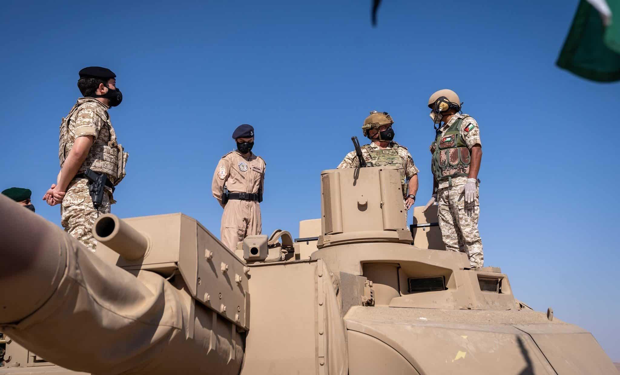 Король Йорданії Абдалла ІІ бін аль-Хусейн оглядає танк «Leclerc» на навчаннях в країні. Жовтень 2020. Фото: МО Йорданії