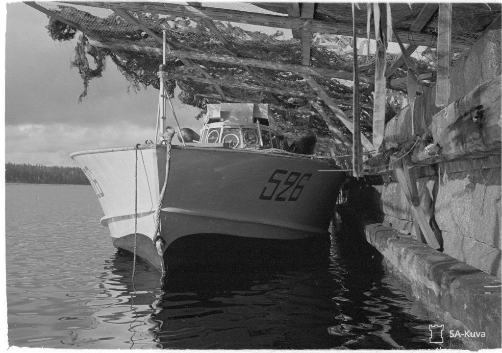 Катер типу MAS на воді під маскувальним навісом