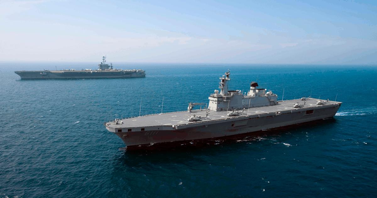Десантний корабель Кореї Dokdo (LPH 6111) та USS George Washington (CVN 73) США. Фото з відкритих джерел