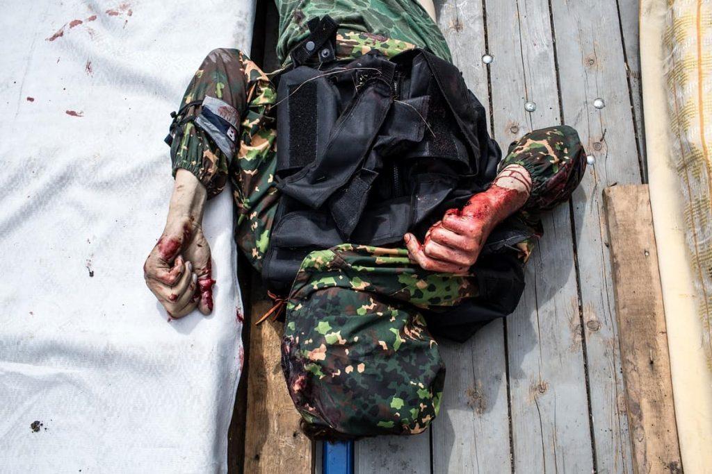 """Тела убитых боевиков """"Востока"""" в бою в Карловке 23 мая 2014. Фото: Brendan Hoffman"""