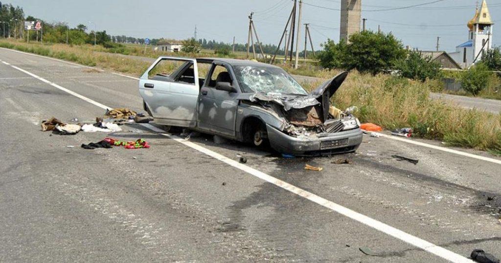 Фото СМИ Украины расстрелянного автомобиля на блокпосте ВСУ. Опубликовано 12 августа 2014 г.