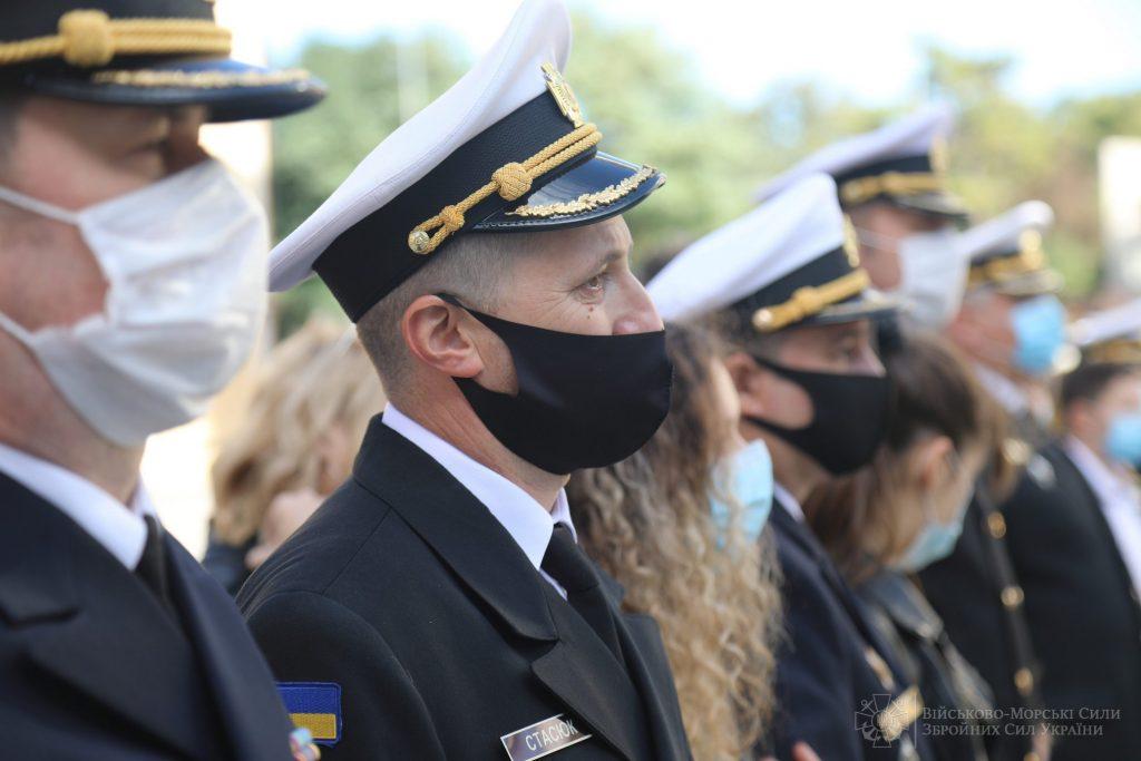 Військові моряки під час отримання житла