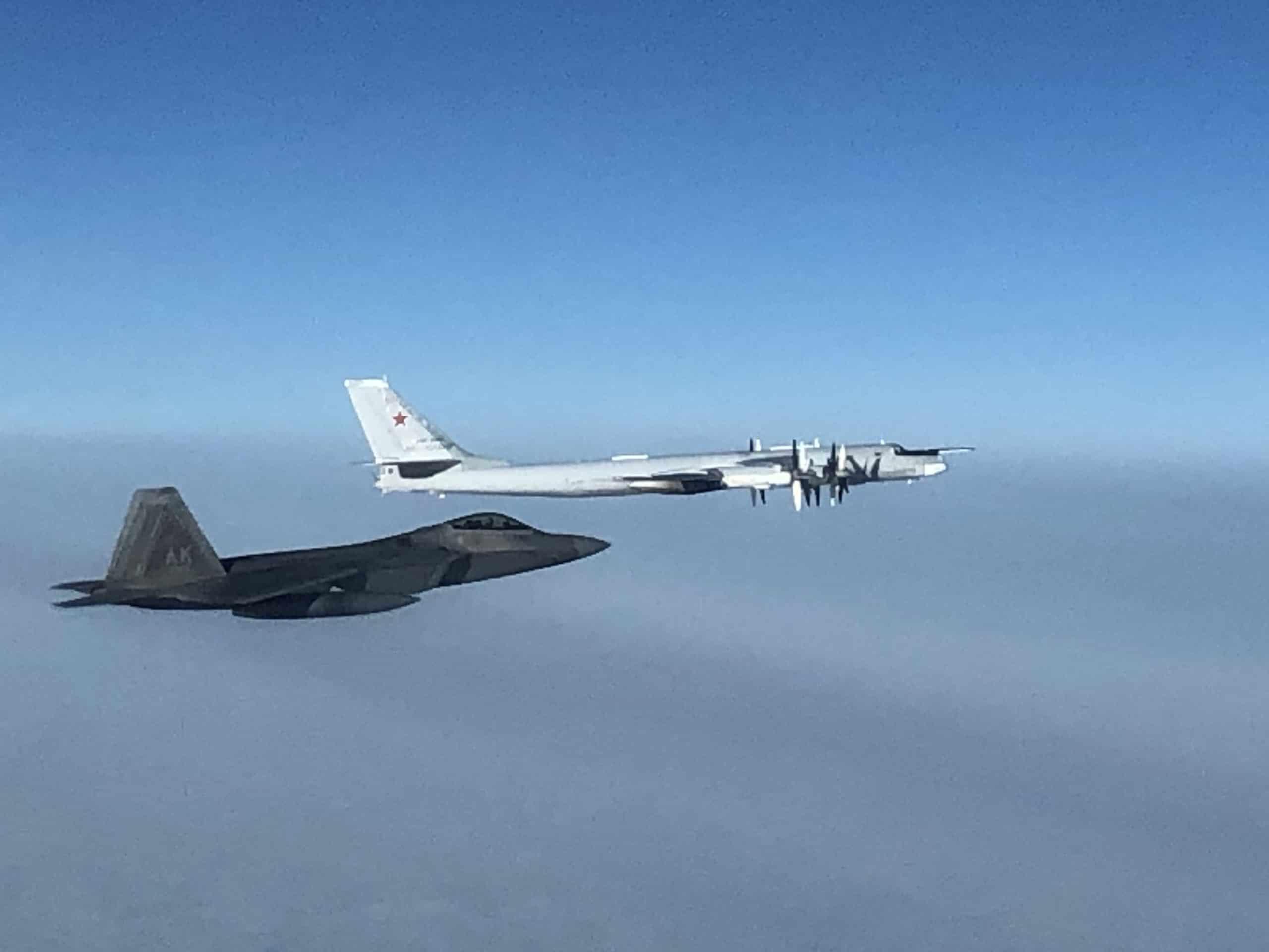 Винищувач F-22 під час супроводу бомбардувальника Ту-95