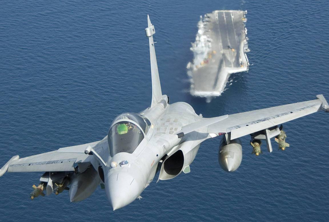 Франція розробить новий авіаносець. Атомний ударний авіаносець ВМС Франції Charles de Gaulle (R91) та літак Rafale. Фото з відкритих джерел