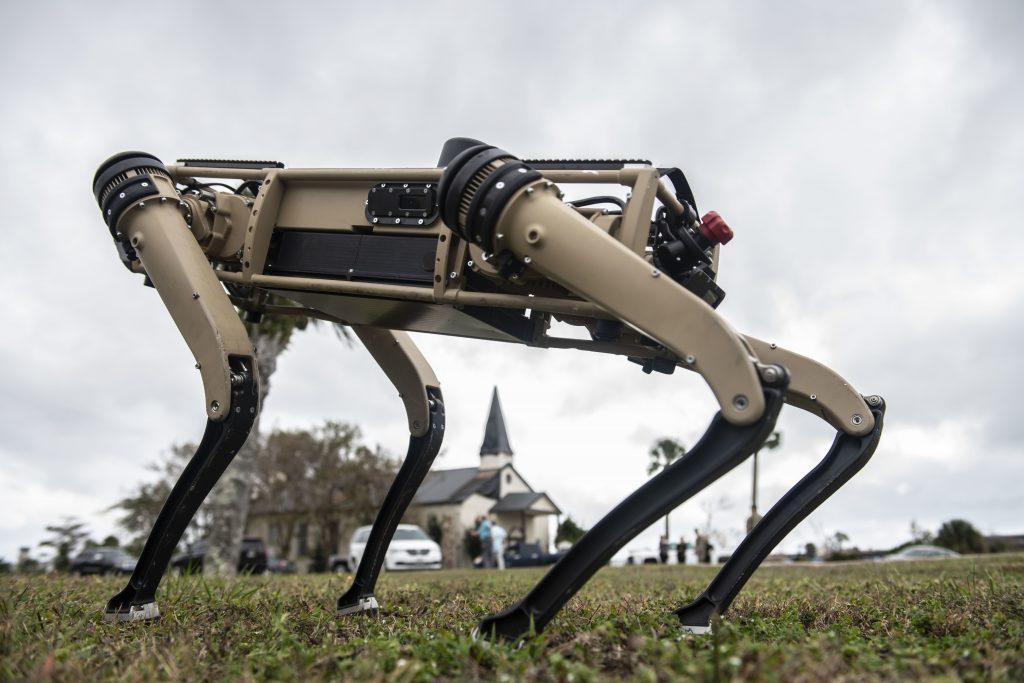 США привлекли робособак для охраны авиабазы.  Ноябрь 2020. Фото: ВС США