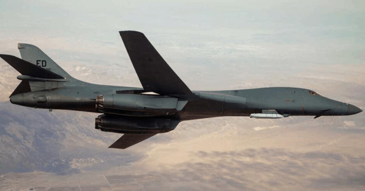 B-1B з ракетою JASSM на зовнішньому пілоні. Фото: ЗМІ США
