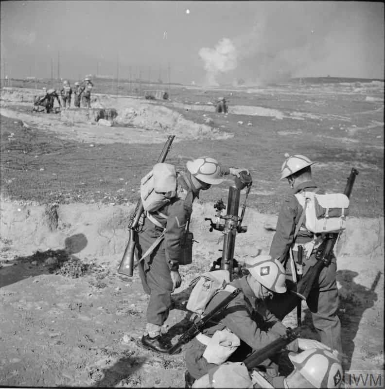 Військовослужбовці Великої Британії у Другій Світовій Війні з шоломами у «мальтійському» камуфляжі