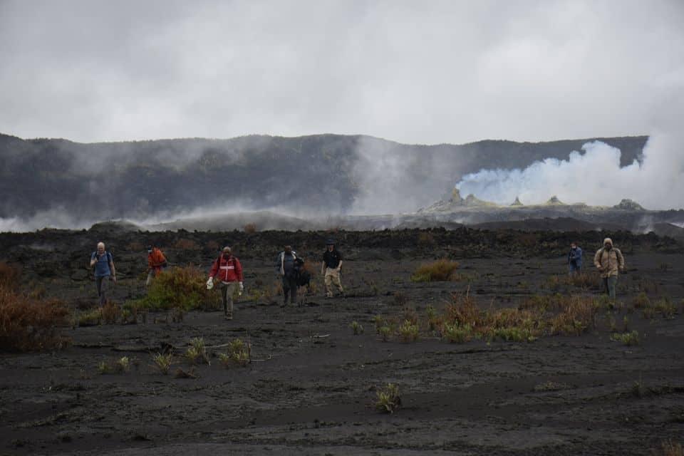 Вулканологи у кратері діючого вулкана Ньямлагіра