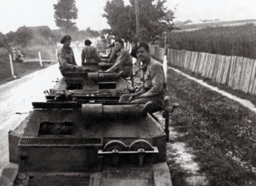 Польські танкетки ТК разом з екіпажами
