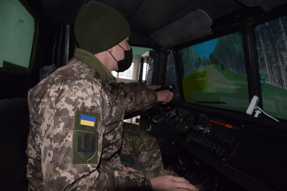 Навчання водіїв на тренажері військової вантажівки