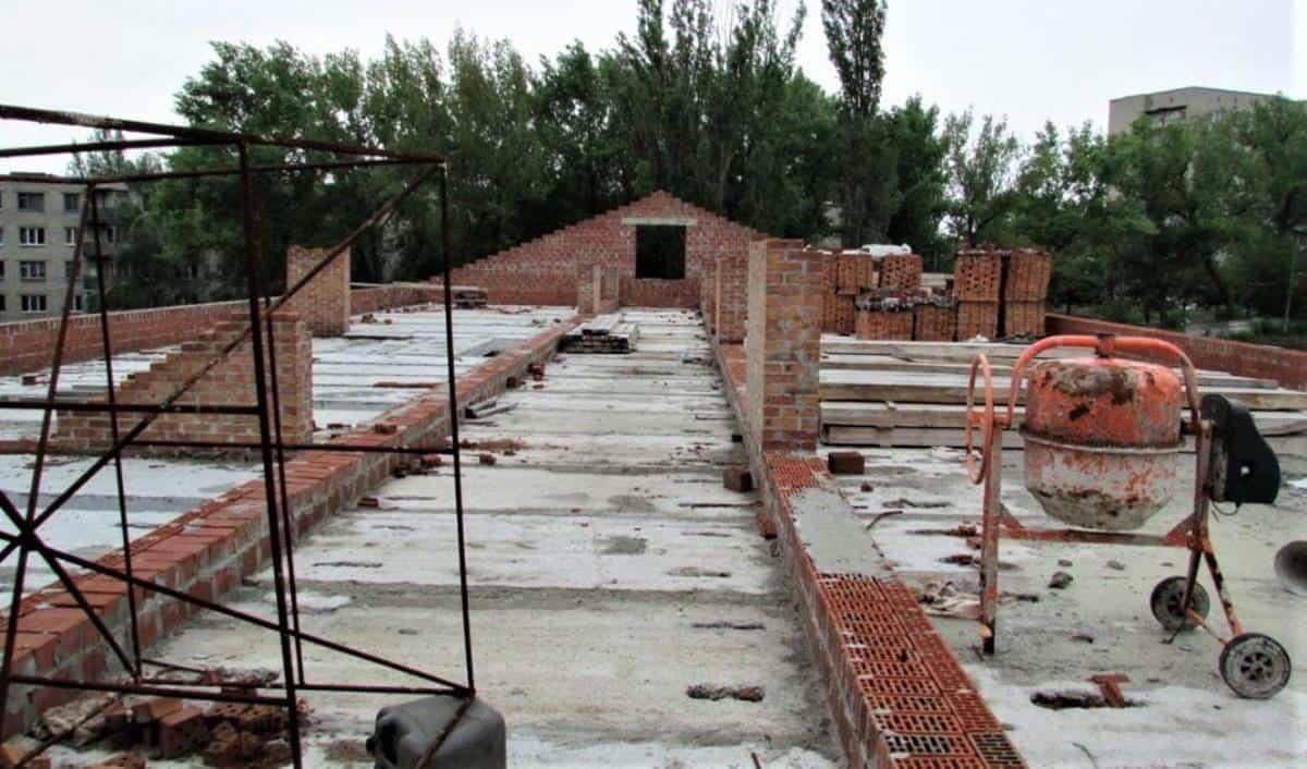 Будівництві казарм на Донеччині: 3 млн збитків. Недобудована казарма у Донецькій області. 2020 рік. Фото: ДБР