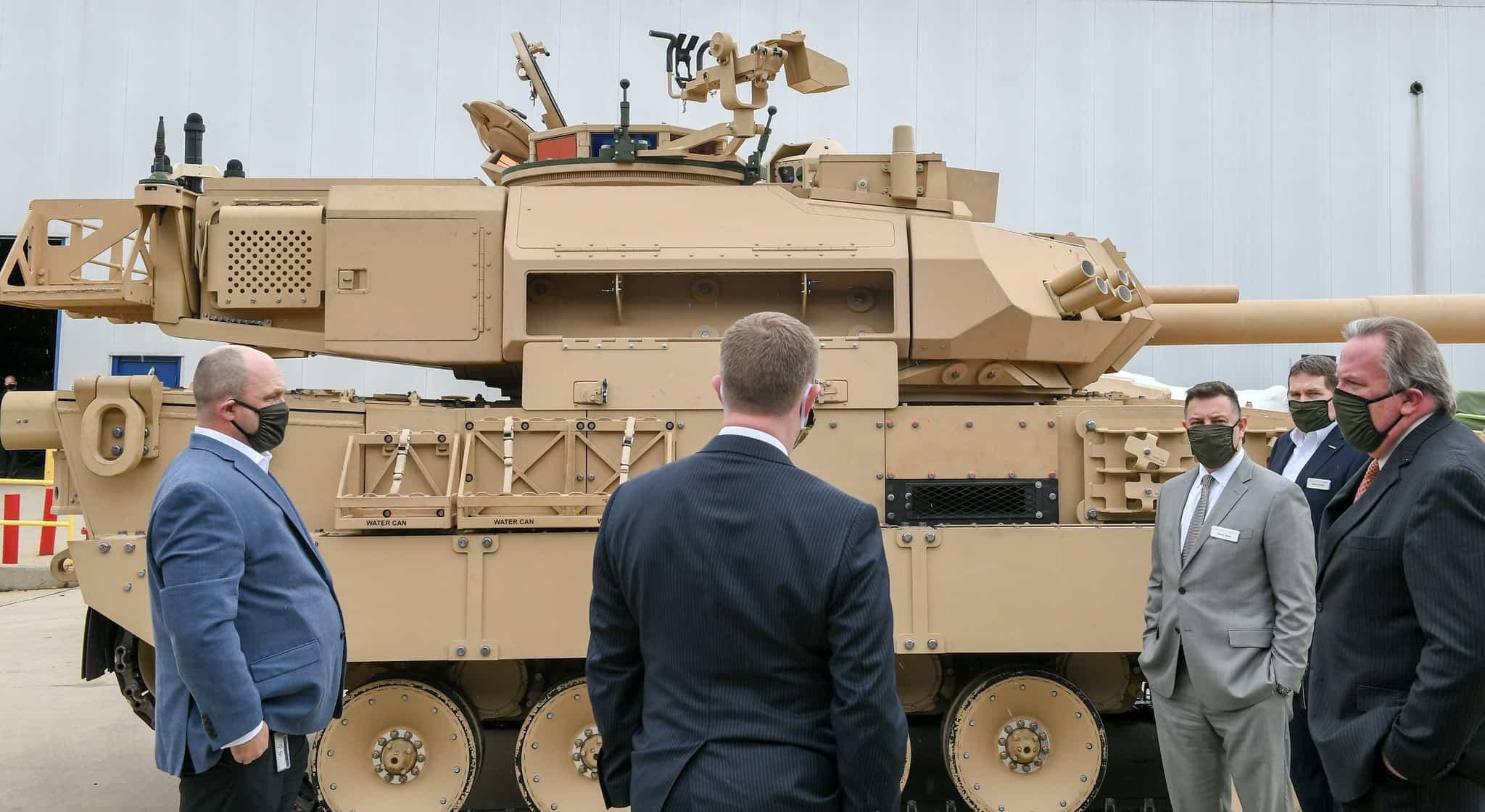 Для армії США готують легкі танки. Фото: Представники армії США на підприємстві General Dynamics