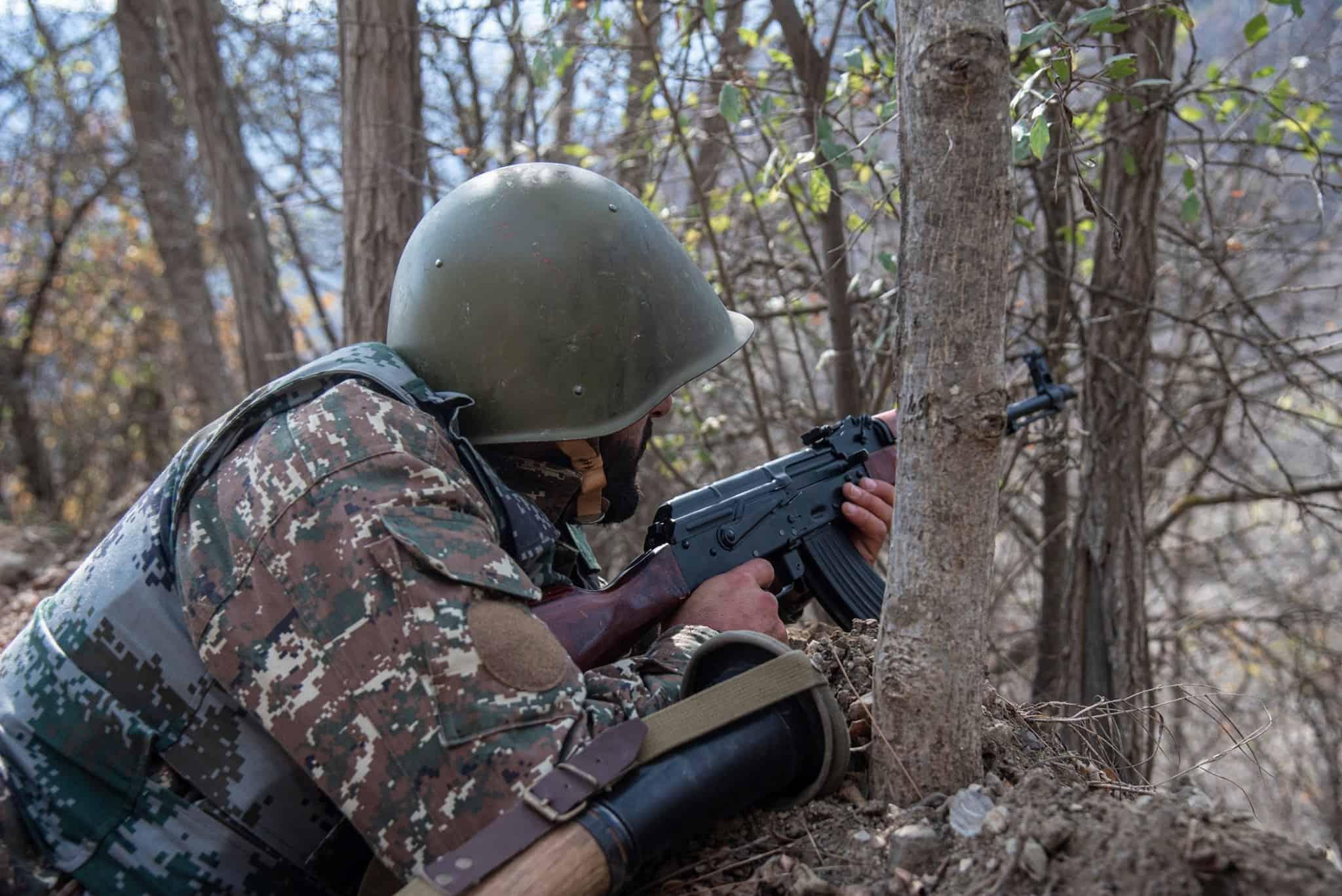 Вірменія заявила про відновлення наступу Азербайджану. Боєць сил Вірменії в Нагірному Карабасі