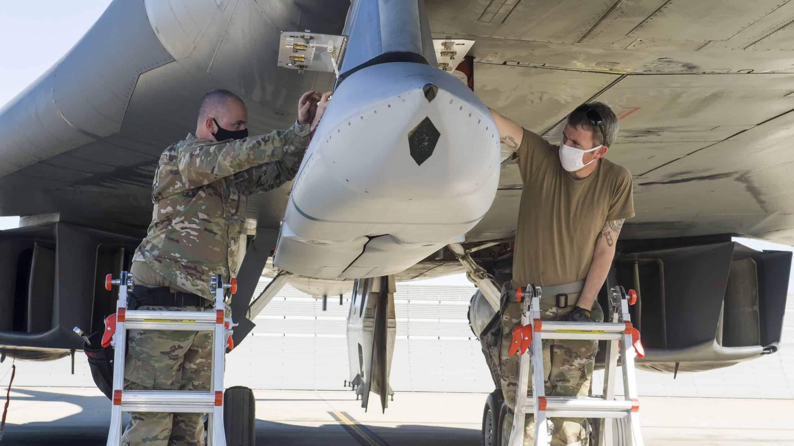 Встановлення ракети AGM-158 JASSM на B-1B «Lancer». Грудень 2020. Фото: ПС США