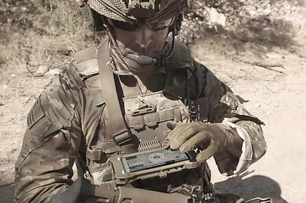 Військовий зі смартфоном Tactical Edition