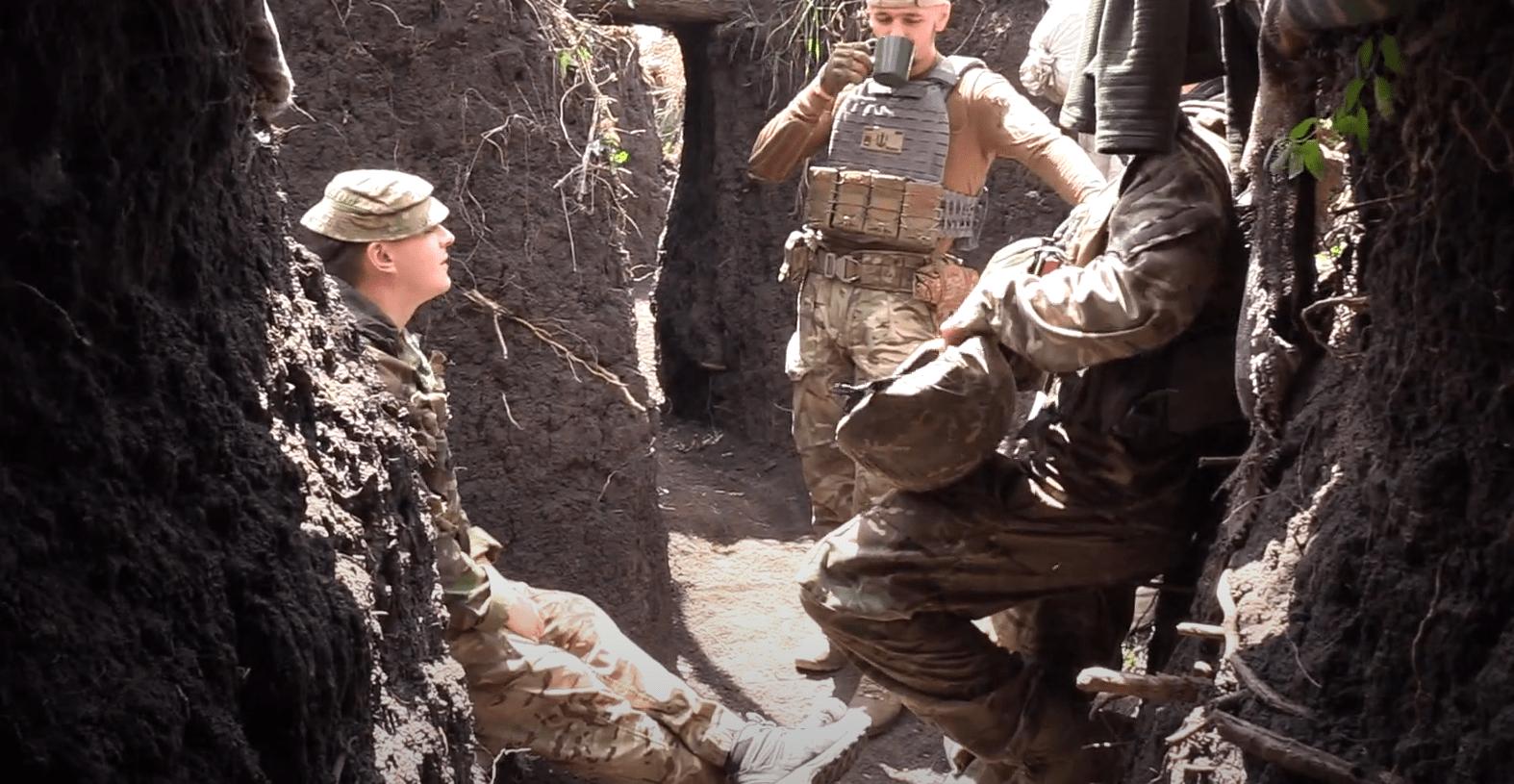 """Британець Деніель Рідлі з українськими побратимами на фронті. 2019 рік. Фото: """"Бриз"""""""