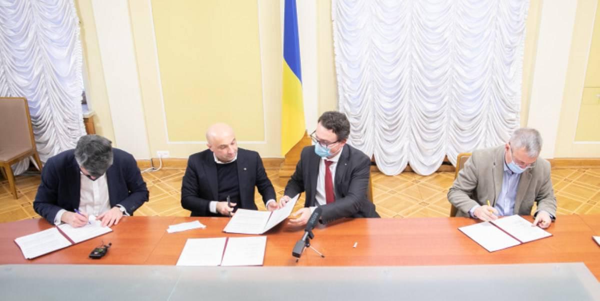 В Україні створять інтернет-портал про факти російської агресії. Фото: Підписання документу