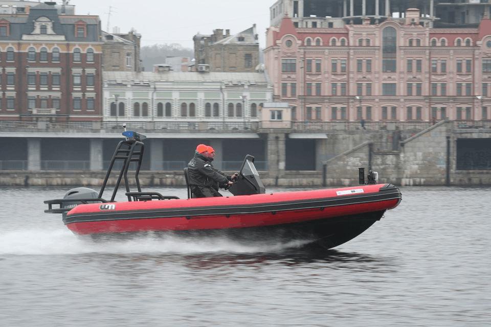 Спеціальний моторний човен для рятувальників Донецької області під час випробувань