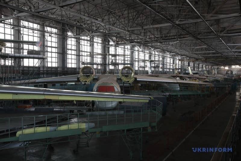 Цех ХДАВП з недобудованими літаками сімейства Ан-72/74 ФОТО: Укрінформ, 2019