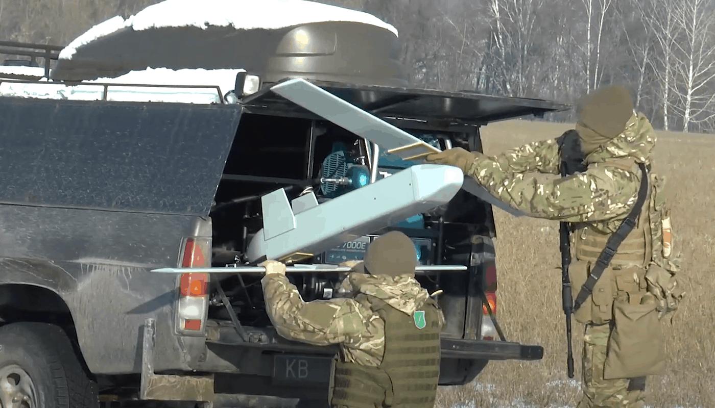 Встановлення літака-снаряда «Пілум» в автомобілі. Січень 2021. Фото: A.Drones