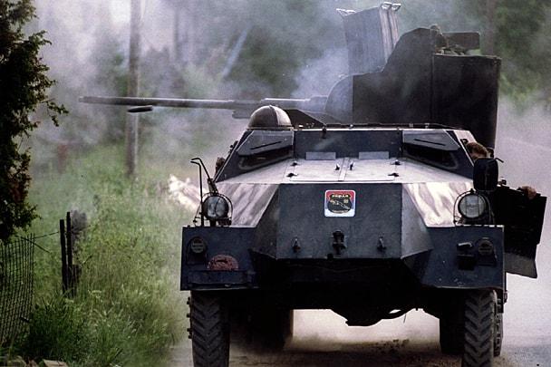 Бронетранспортер зі спецпідрозділу боснійських сербів «Пантери» веде вогонь поблизу міста Брчко у травні 1993 року