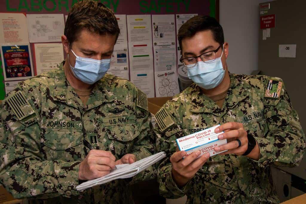 Військові США з вакциною Moderna. Фото: ВМФ США