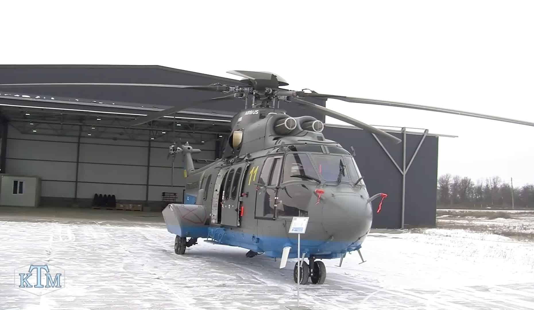 Airbus H225 на фоні ангару в Олександрії Стопкадр з відео телеканалу «КТМ»