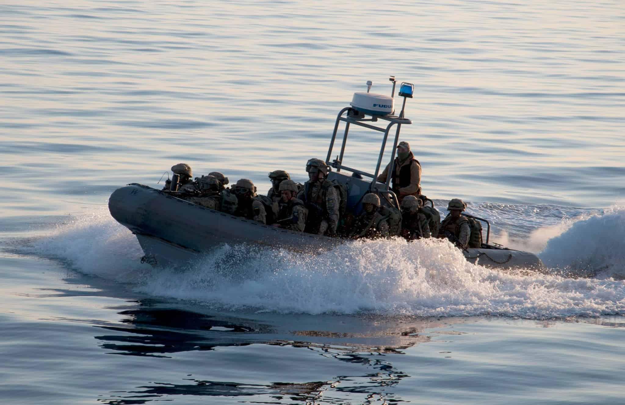 Морські піхотинці на швидкісному човні Willard Sea Force 730