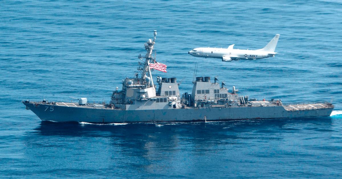 Есмінець США «Donald Cook» (DDG 75) та протичовновий літак P-8A. Фото: Посольство США
