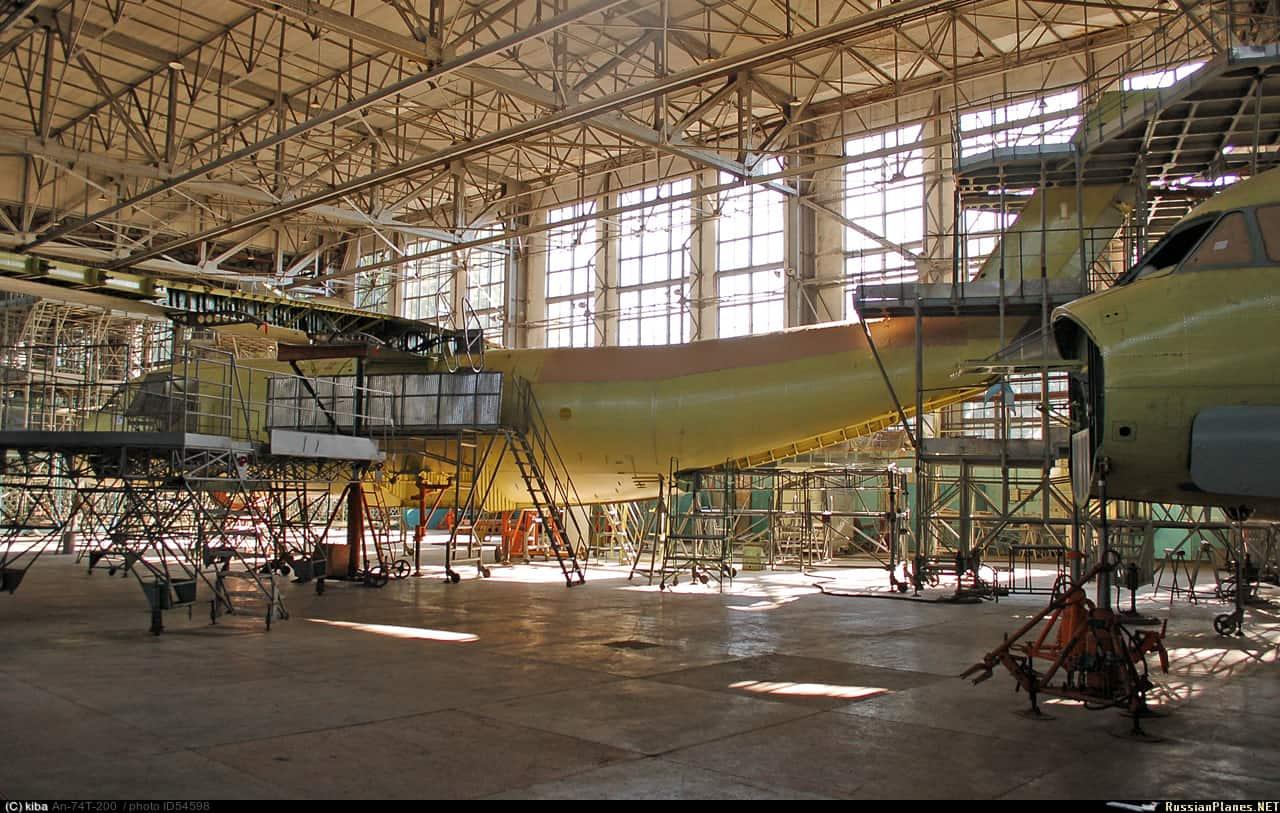 Процес будівництва літаків на Харківському авіаційному заводі