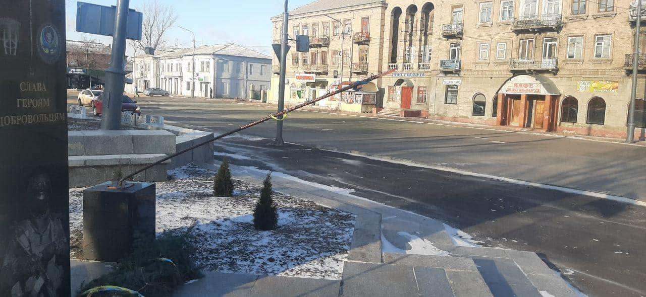 Пошкодження пам'ятника Героям-добровольцям у Лисичанську. Лютий 2021. Фото: Національна поліція