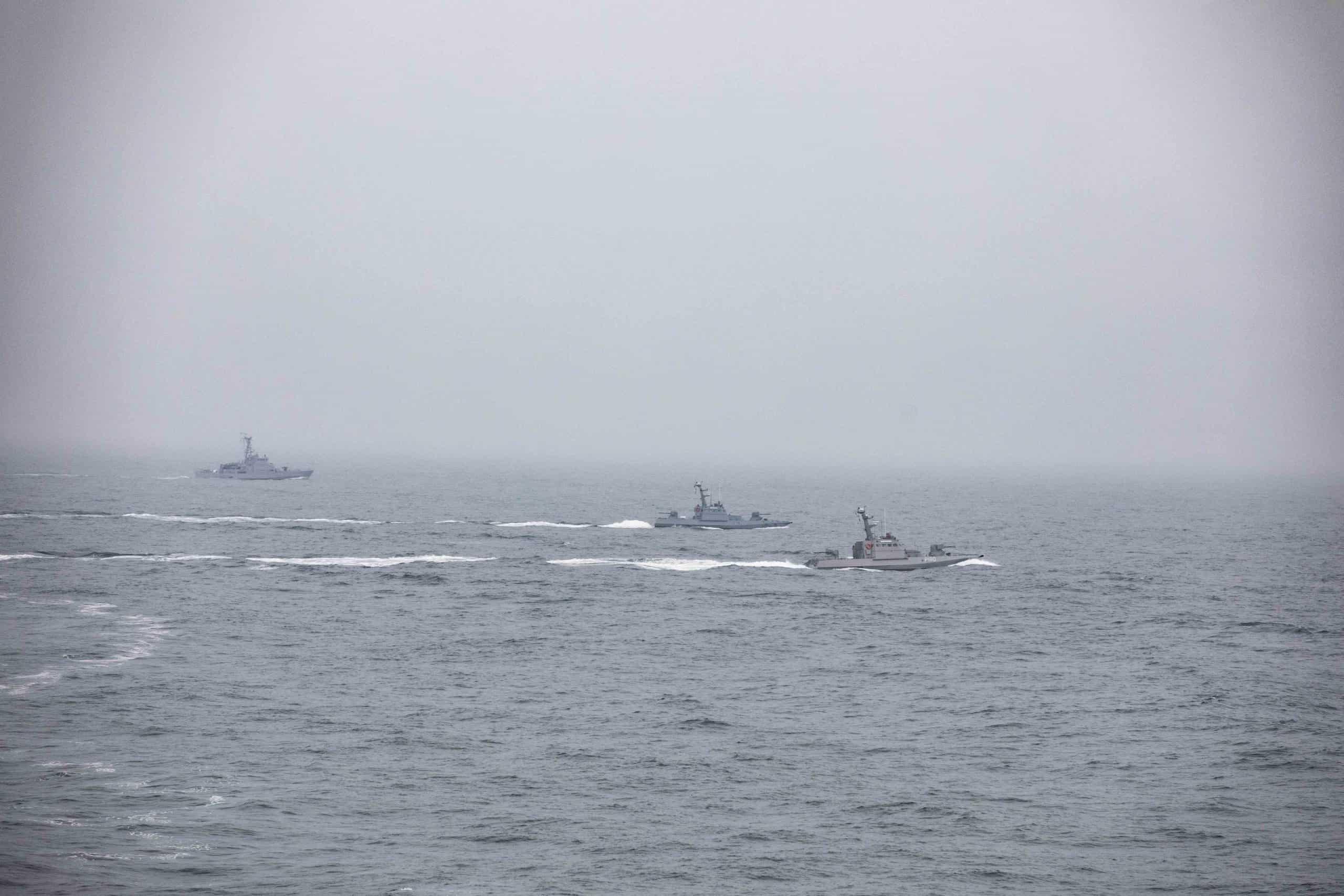 Патрульний катер типу Island та два малі броньовані артилерійські катери ВМС ЗС України на тренуваннях типу PASSEX
