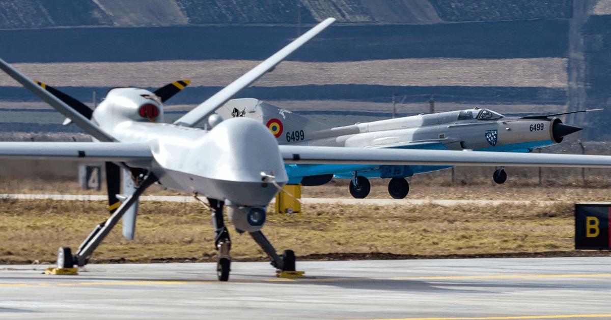 БПЛА MQ-9 Reaper США на фоні винищувача МіГ-21 ПС Румунії. Лютий 2021. Фото: МО Румунії