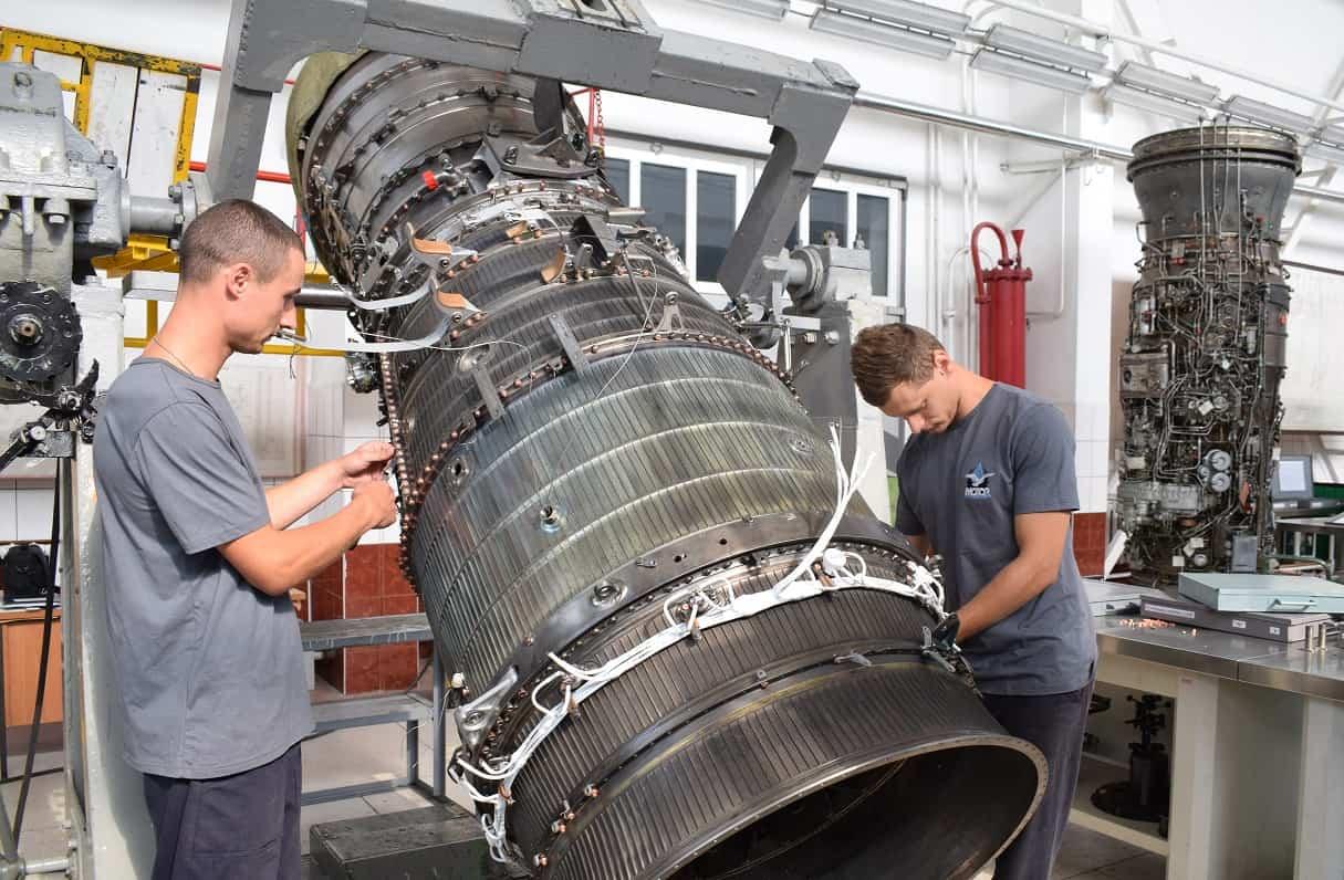 Процес ремонту авіаційного двигуна на ДП «Луцький завод «Мотор»