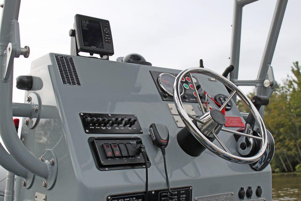 Центральна консоль управління швидкісним човном Metal Shark