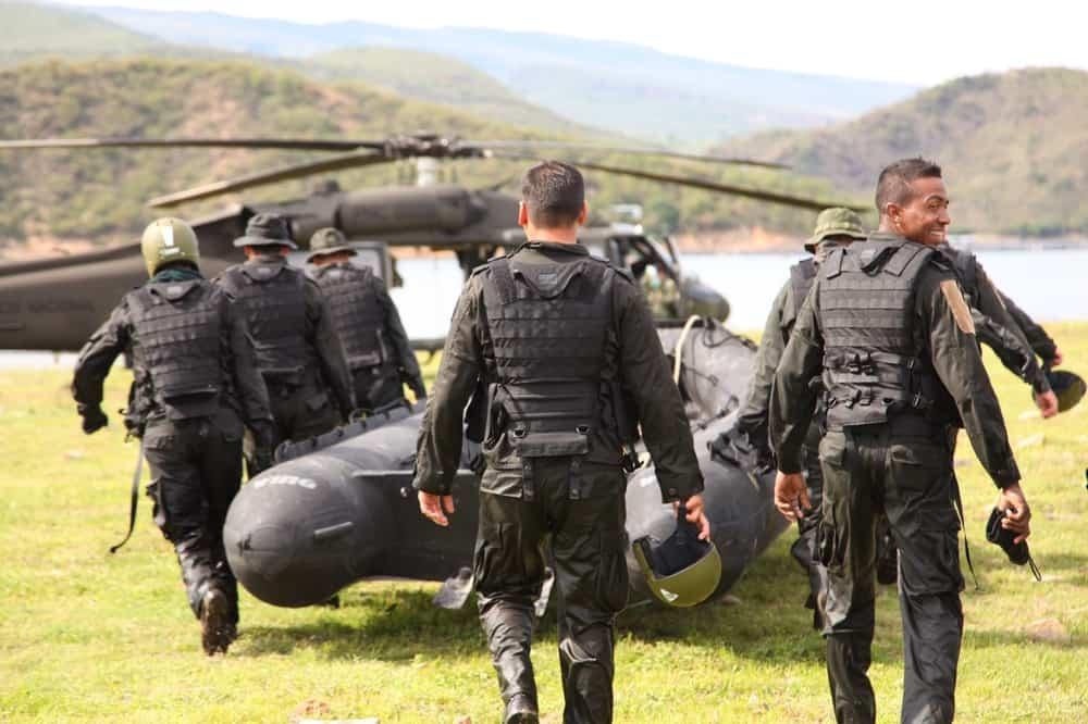Завантаження надувного човна Wing на гелікоптер Black Hawk