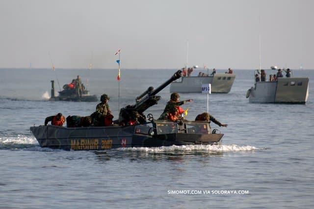 Тренування індонезійської морської піхоти - перевезення гаубиці LG1 Mk II плаваючим транспортером К-61