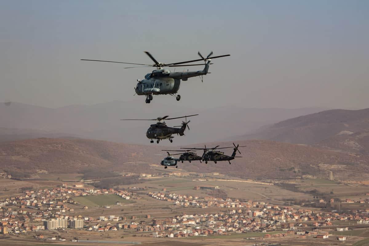 Гелікоптери місії KFOR у Косово на навчаннях