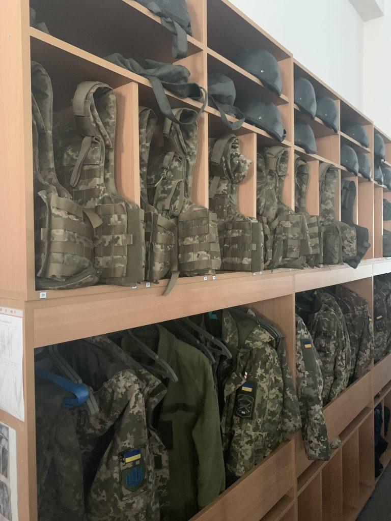 Місце зберігання обмундирування у казармі на полігоні «Широкий Лан»