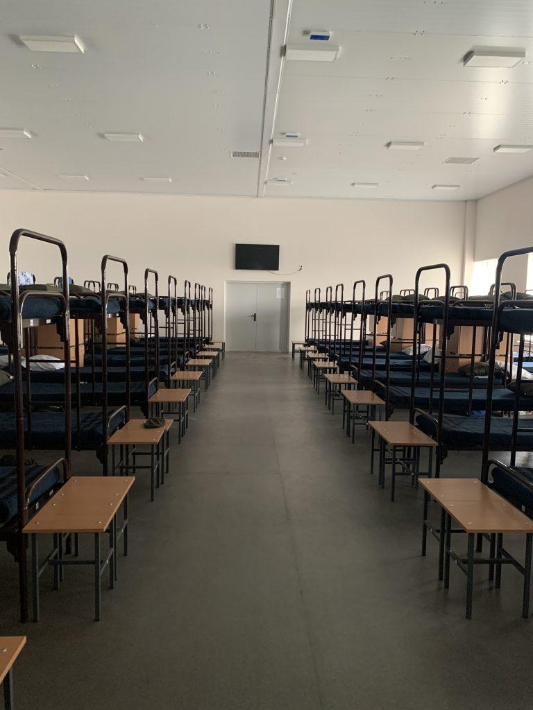Спальне приміщення казарми у стаціонарному бригадному таборі на полігоні «Широкий Лан»