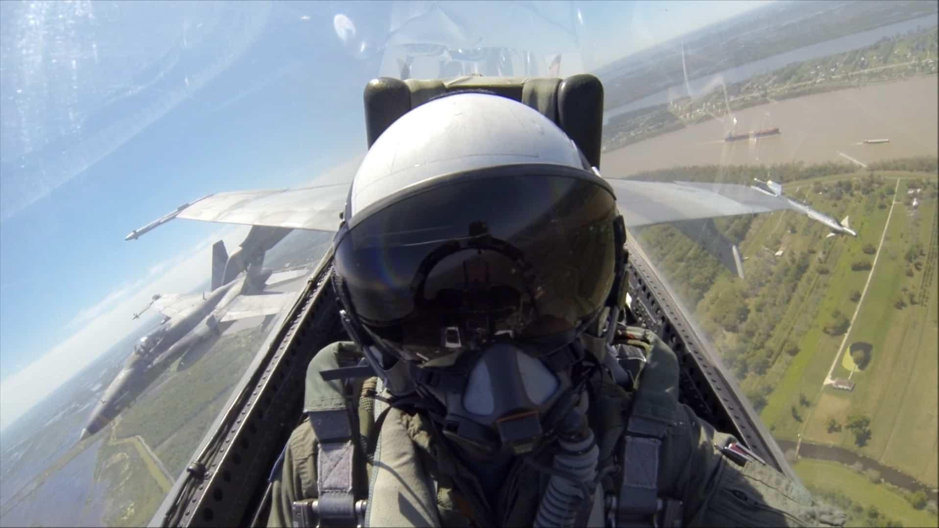 Два Boeing F/A-18A + Hornet з VFA-204 повертаються до військово-морського флоту Нового Орлеана після навчальної місії.