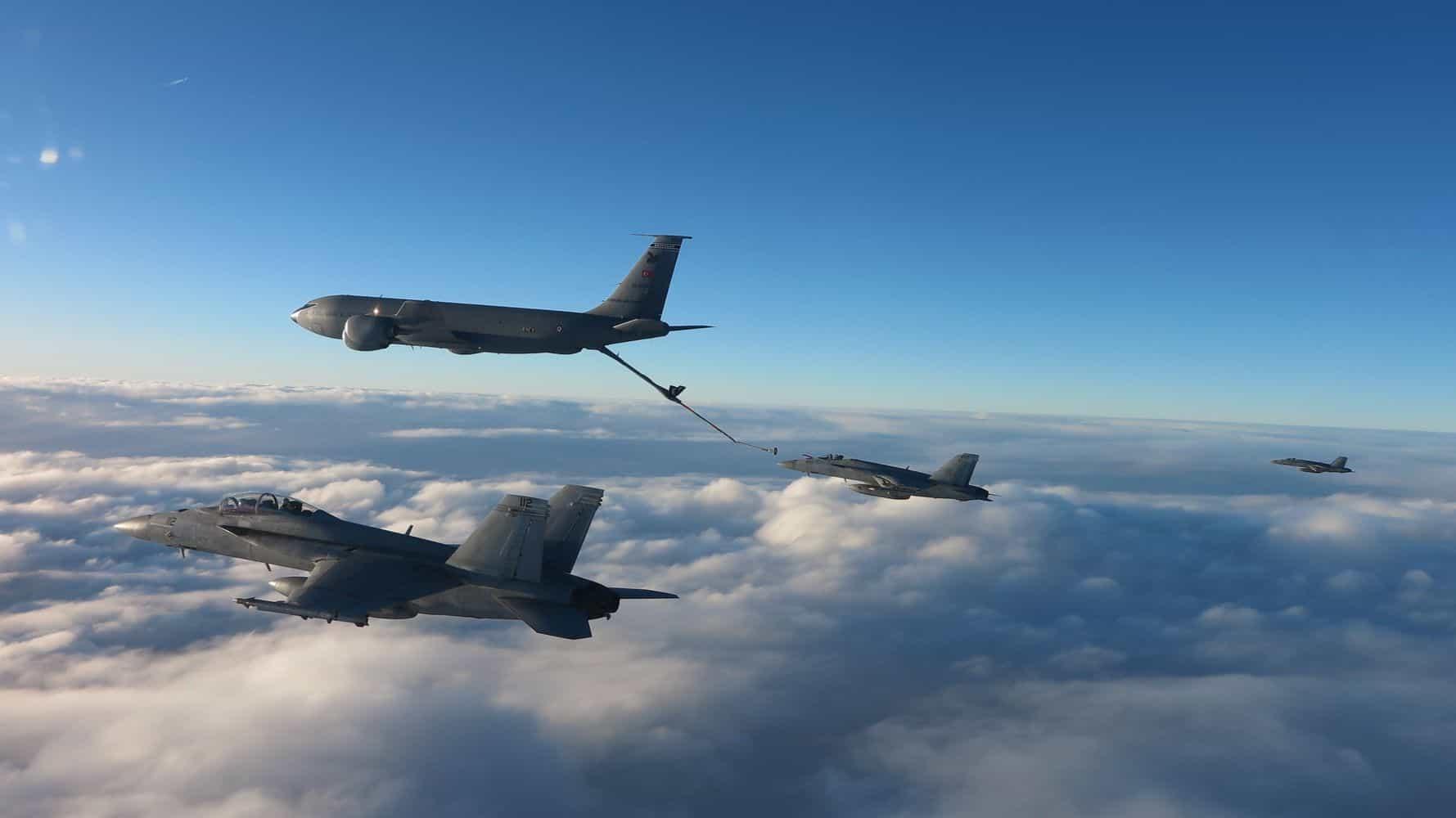 Винищувачі F/A-18 Super Hornet здійснюють дозаправку над Чорним морем