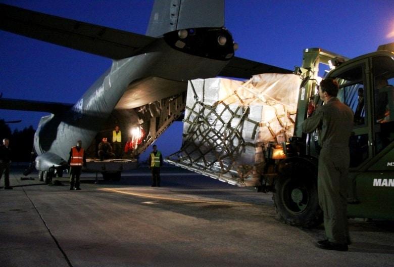 Завантаження боєприпасів для України на військовий літак
