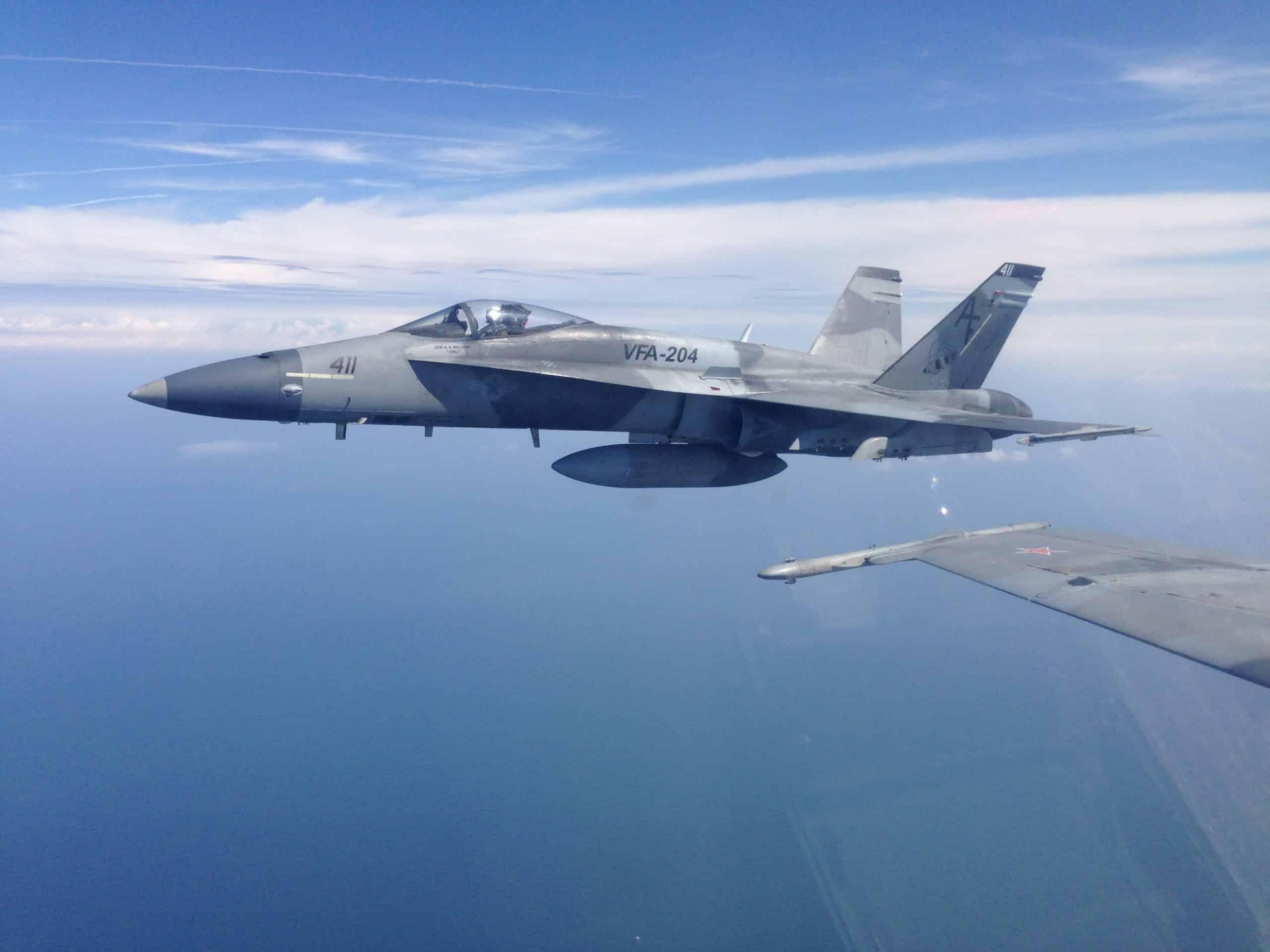 Пара Boeing F/A-18A + Hornet у повітряному просторі над Мексиканською затокою.