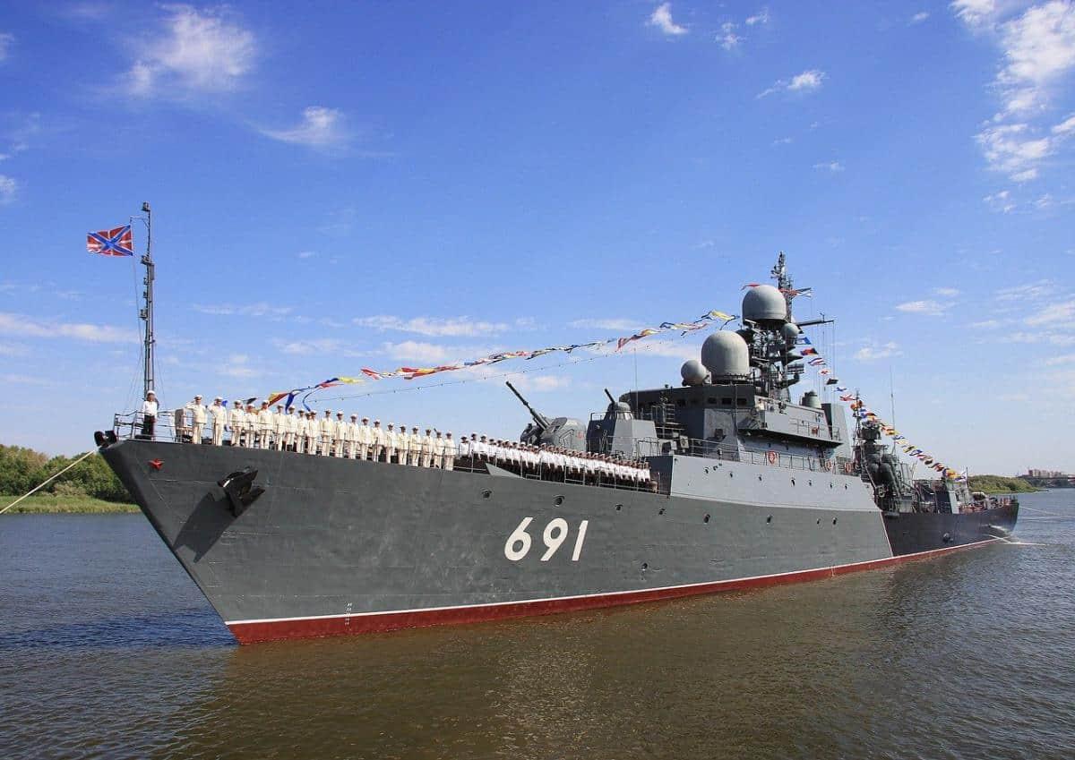 Сторожовий корабель «Татарстан» проєкту 11661К в парадном строю з нагоди святкування Дня ВМС Росії. Астрахань. Фото – «Яндекс фотки».