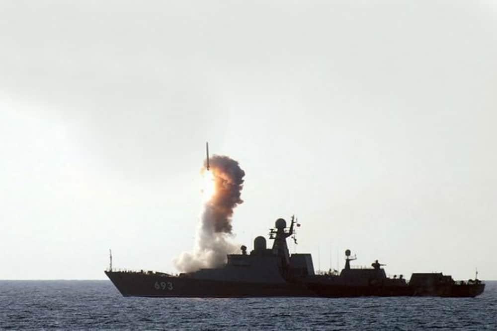 Сторожовий корабель «Дагестан» проводить стрільбу ракетним комплексом «Калибр-НК». Джерело – МО РФ.
