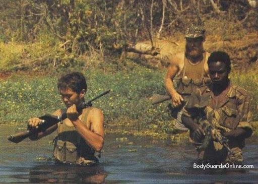 Ще один з видів обов'язкових вправ в таборі: форсування водної перешкоди