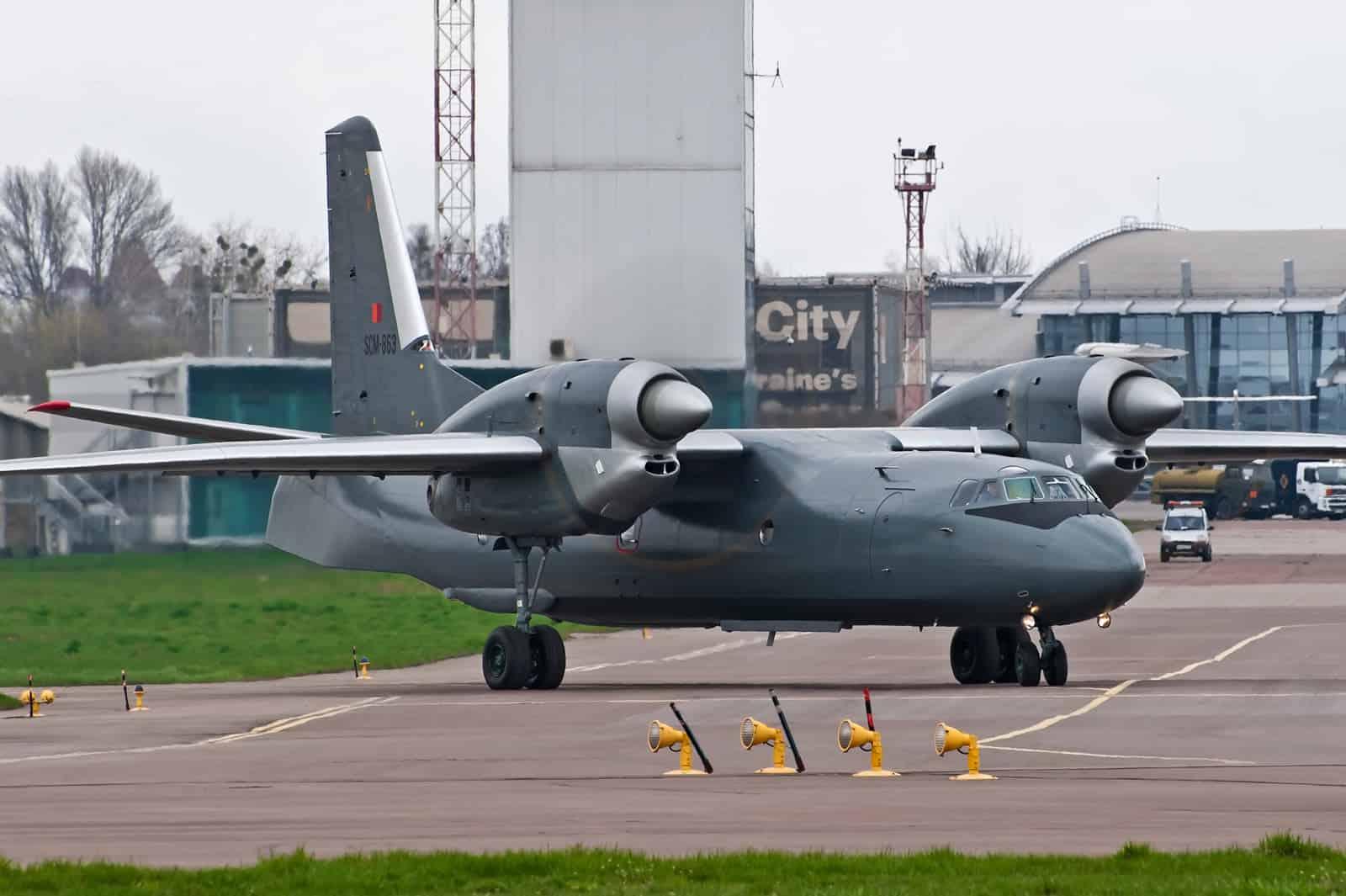 Ан-32Б Повітряних сил Шрі-Ланки на злітно-посадковій смузі у Києві